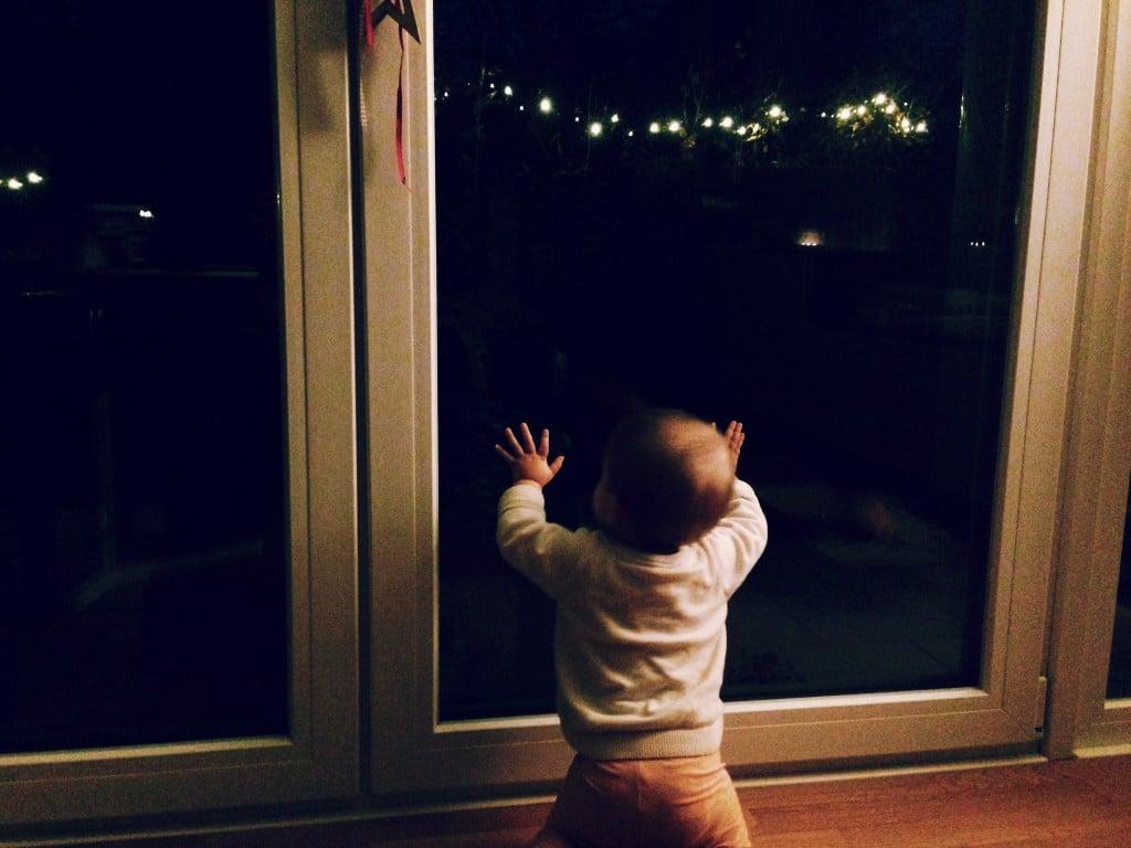 Adventszeit mit Familie, Baby, Lichterkette, Spannung, Vorfreude, Weihnachtszeit