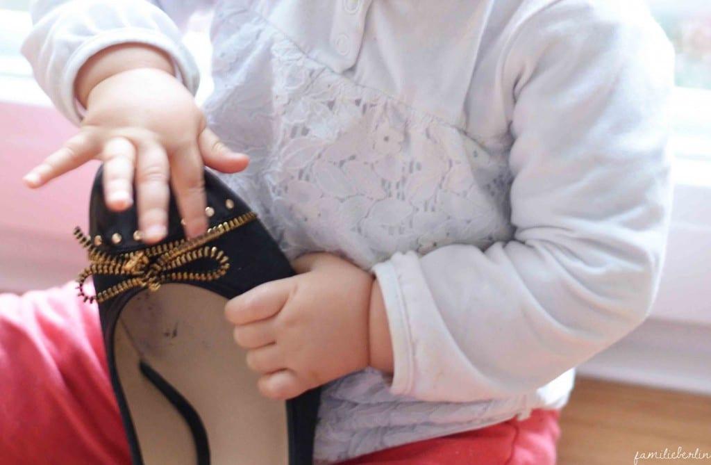 Ende der Elternzeit, Higheels, Kinderschuh, Symbol, Wiedereinstieg Job, Workingmum, Berufstätige Mutter