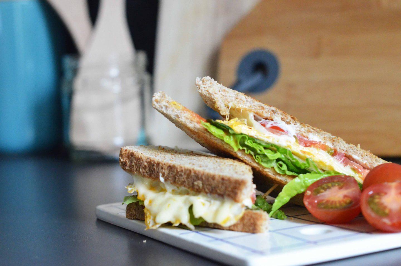 Mittagsideen im Homeoffice: Tomatensandwich mit Ei