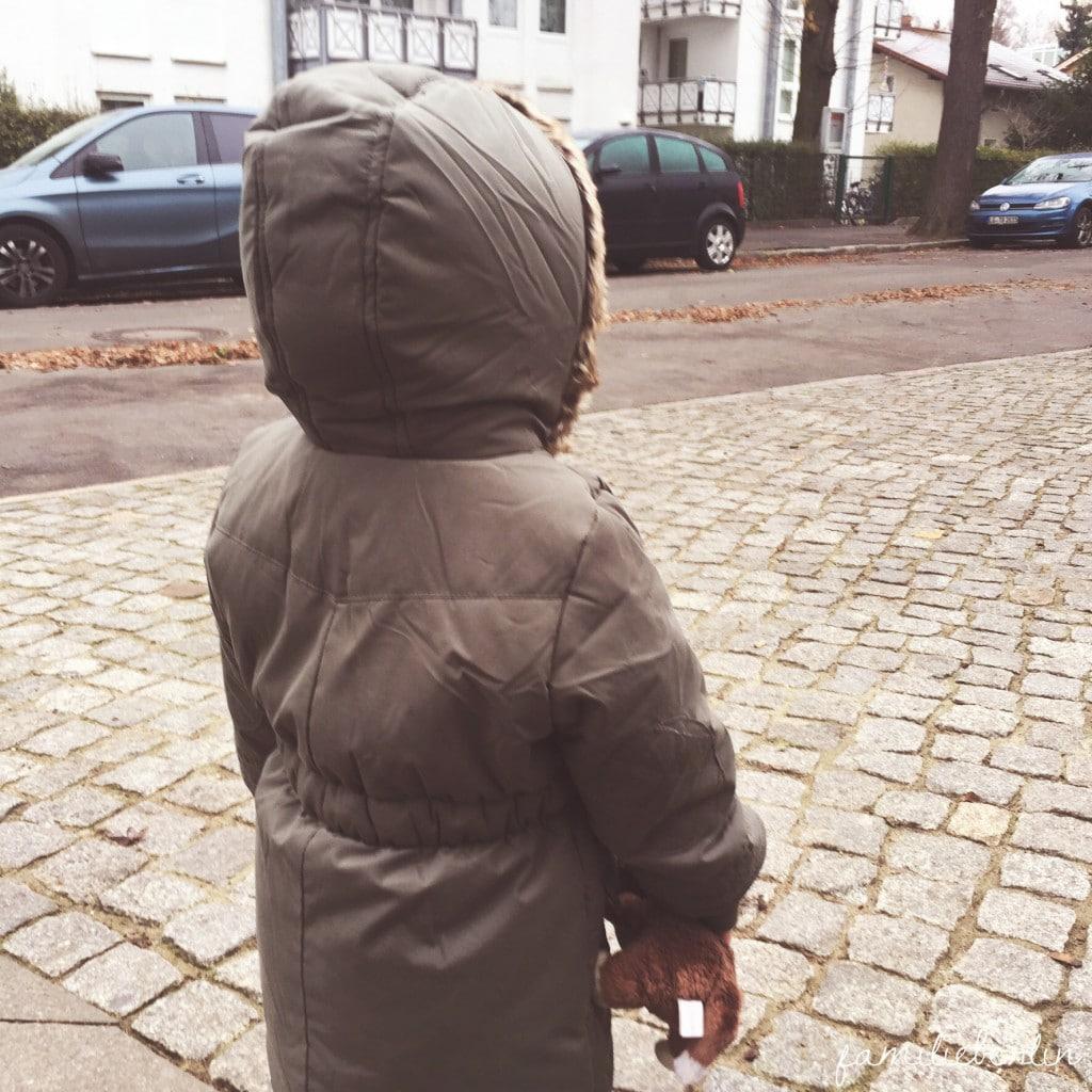Kleinkind_Warten_Strasse_Winter_Mantel