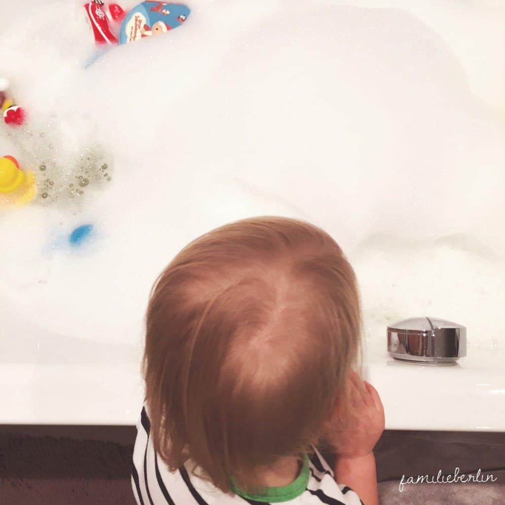Baden. Wanne, Wasser, Schaum, Kleinkind