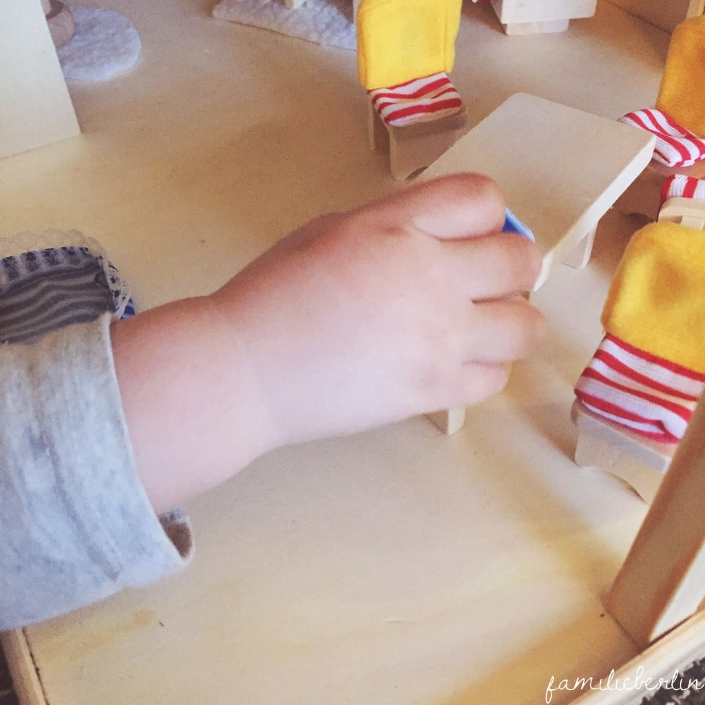 Kinderhand, Spielen, Puppenhaus