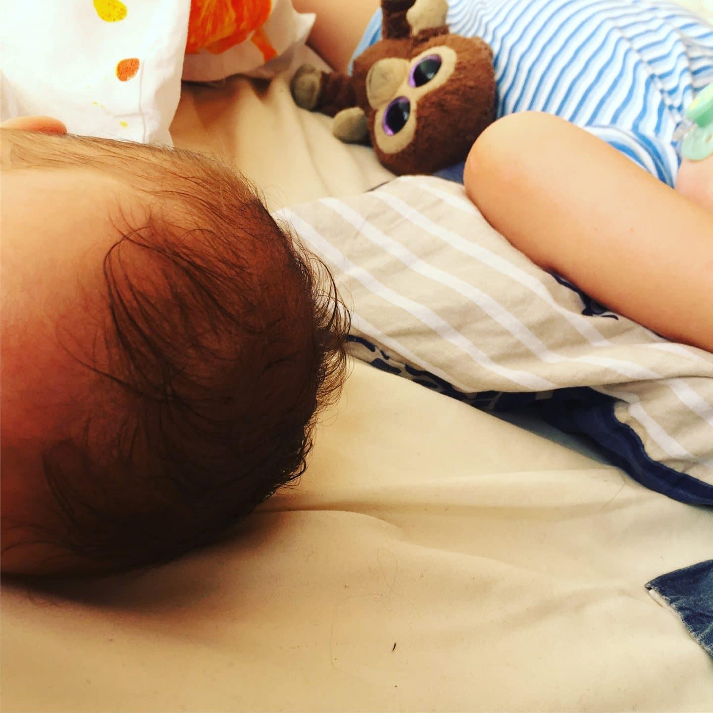 Kinder schlafen gehen, bett, schlafen, kleinkind, baby, ins bett bringen