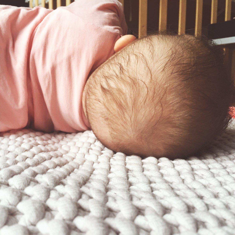 4 Monate Baby, Entwicklung, Drehen, Zahnen, Physiotherapie, Bobath, Kinderarzt, Greifen, Greifling, Spielen, Babydecke, Kuscheln, Nähe