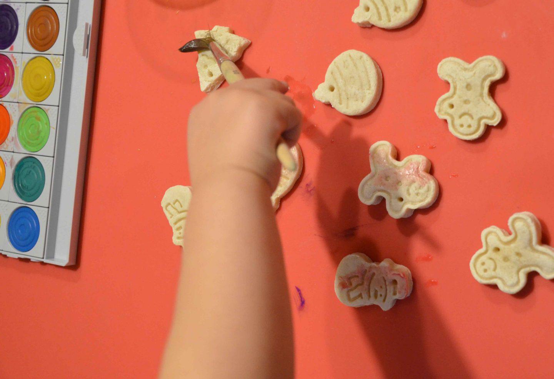 Basteln mit kleinkindern weihnachtsdeko aus salzteig familieberlin - Weihnachtsdeko basteln mit kindern ...