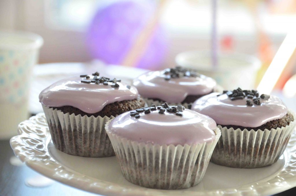 Schoko-Cupcakes, Lila Kindergeburtstag, Geburtstagsfeier, Rezept Cupcakes, buntes Frosting, Frischkäsetopping, Dekoration, Popcorn