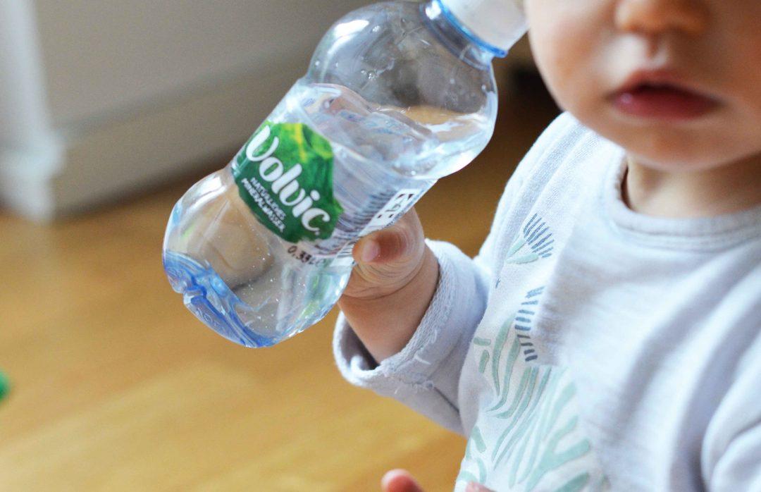Wasser trinken mit Kindern