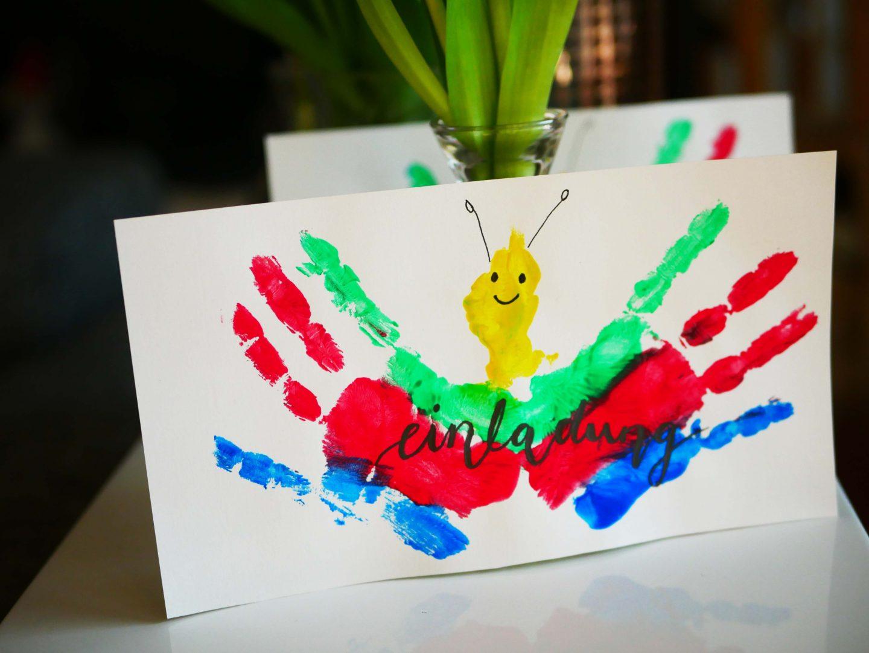 Schmetterlingsparty zum Kindergeburtstag: DIY-Einladungen mit Kinderhänden