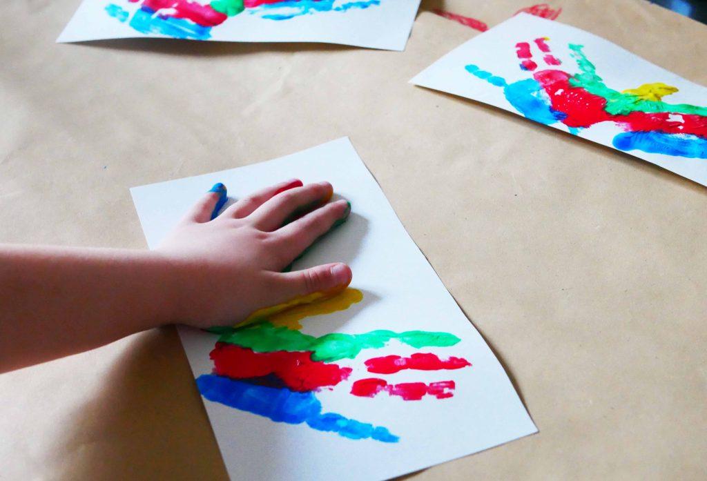 Schmetterlingsparty zum Kindergeburtstag: Schnelle EInladungen zum Kindergeburtstag selber machen dank Handabdrücken und etwas Phantasie.