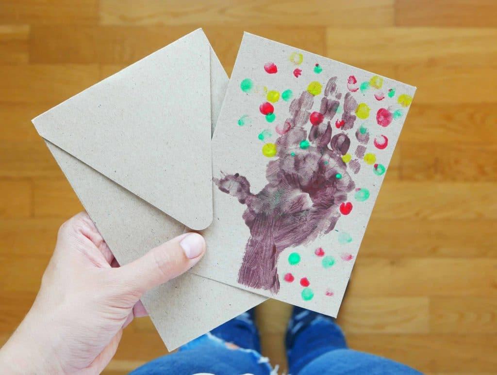 Schnelle Herbst-Bastelei für Kleinkinder: Mit bunten Farben und Kinderhänden wird schöne Herbstpost gebastelt. Ideen und Beschäftigungen für Kinder im Herbst Fingerabdrücke werden zu Herbstblättern.